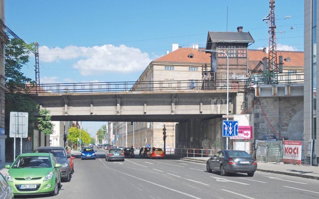 Demolice mostu přes Křižíkovu ulici