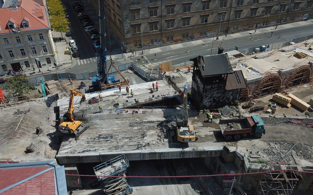 Snášení mostu přes Křižíkovu ulici – květen 2018