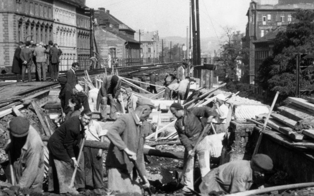 Z HISTORIE: Výstavba mostu přes Křižíkovu (1954)