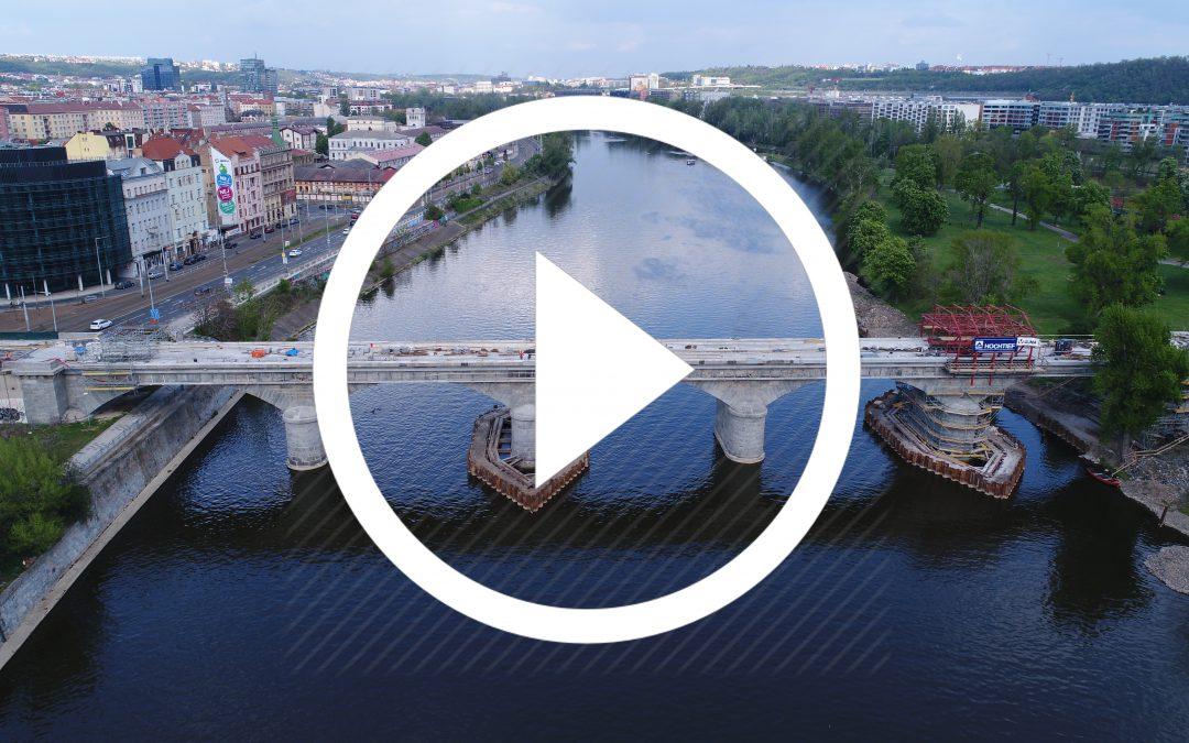 VIDEO: Detailní přelet nad Negrelliho viaduktem